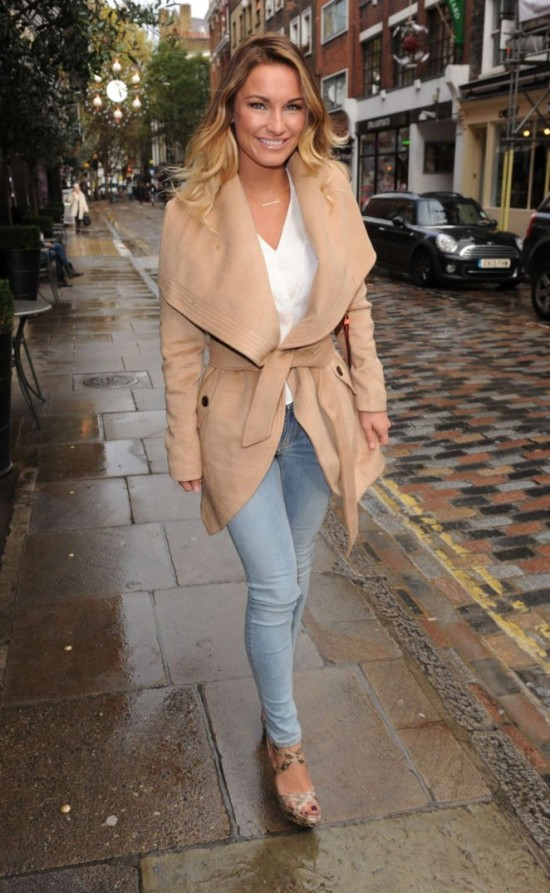 sam-faiers-in-tight-jeans-01-662x1075